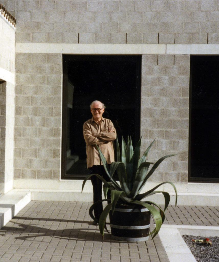 afb. 5 Jos Naalden op de binnenplaats van zijn woonhuis in Best (foto: collectie Jos Naalden)