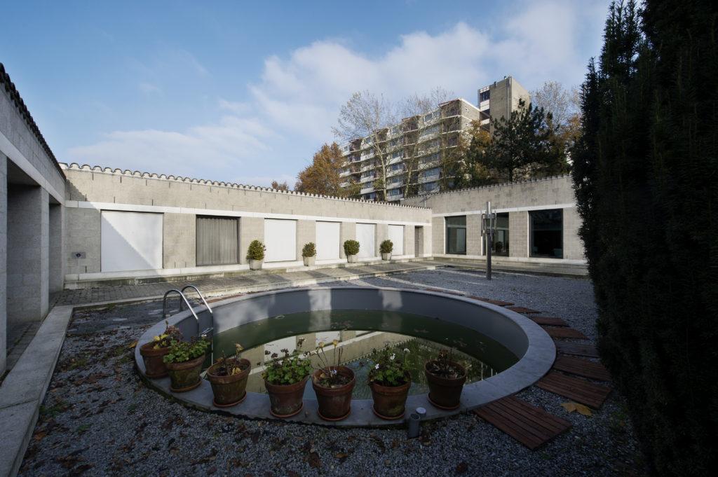 afb. 16 Het ronde zwembad dat de vorige bewoner in de hof heeft laten aanleggen (foto: Arjan Bronkhorst, 2012)