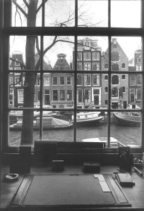 Zicht op het vanuit een venster van Prinsengracht 686 (foto: Maarten Brinkgreve)