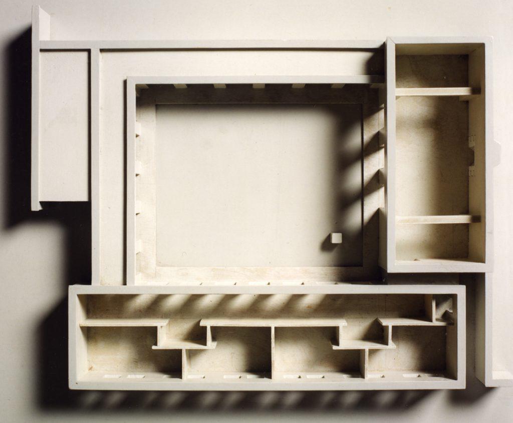 afb. 8 Maquette van Huis Naalden (1978) van boven gezien. Het wegnemen van de daken geeft inzicht in de structuur van het huis (uitvoering: Josef Engelberts, foto: Rob van Wendel de Joode)