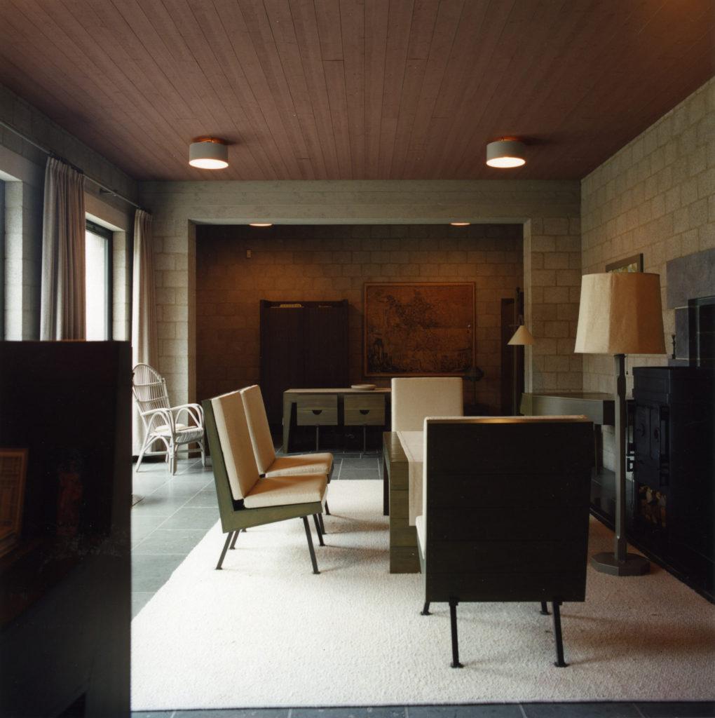 afb. 13 De 'zaal' of woonkamer met meubels naar ontwerp van Dom Van der Laan en rechts de schouw, situatie 1985 (foto: Rob van Wendel de Joode)